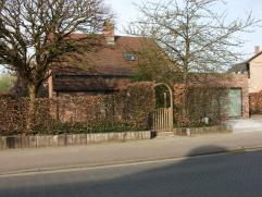 Praktisch ingedeelde vrijstaande woning. Ondergronds : 2 kelders + stookplaats verwaming (Viessmann ketel). Gelijkvloers : inkom met vestiaire, toilet