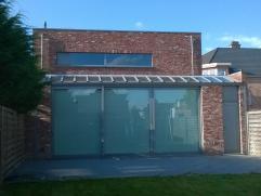Gerenoveerde woning met praktijkruimte voor vrij beroep nabij centrum van Oelegem. Op de gelijkvloerse verdieping vinden we een praktijkruimte van +-6