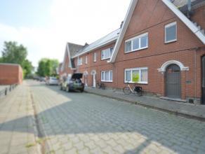 Gezinswoning met tuin te Dendermonde Deze woonst is gelegen in een kind vriendelijke woonwijk, in de nabijheid van scholen, winkels, openbaar vervoer,