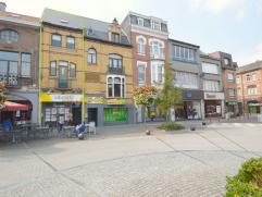 """Deze handelswoning is zeer goed gelegen met zijn Unieke locatie in de meest bezochte winkelstraat van Dendermonde en met zicht op """"De Oude Vest"""".Deze"""