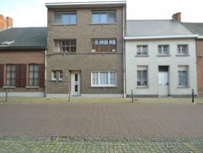 Ruime gezinswoning in het centrum van Lebbeke Deze ruime gezinswoning beschikt over een bewoonbare oppervlakte van 188 m² en is gelegen in het ce