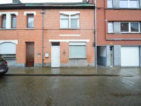 Gesloten bebouwde gezinswoning te Dendermonde (Oudegem) Deze nog te renoveren/op te frissen woonst is gelegen op een perceel van 145 m2. De woning is
