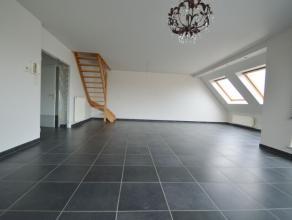 Dit ruime duplex appartement (ca.100m2) is gelegen op de bovenste verdieping (3de verdieping) met als indeling: apart inkomhal, gastentoilet, open woo