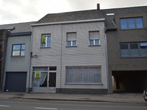 Woonst met aanpalend magazijn en grond op commerciële ligging Deze ruime woonst is gelegen op de invalsweg naar Dendermonde, met een extra toegan