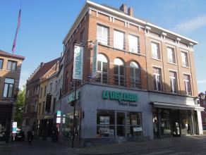 Zeer gunstig gelegen handelspand met kantoorruimte in het centrum van Mechelen. In 2005 werd dit pand volledig gerenoveerd met kwalitatieve materialen