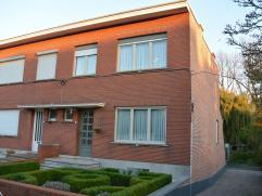 Deze half-open bebouwing met 3 slaapkamers, garage en ruime tuin gelegen op een toplocatie nabij de Leuvensevaart. De woning beschikt over een inkomh