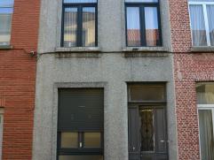 Deels gerenoveerde burgerwoning met de mogelijkheid tot 4 slaapkamers in hartje Mechelen.  Indeling: Gelijkvloers: Inkomhal, ruime woonkamer met ope