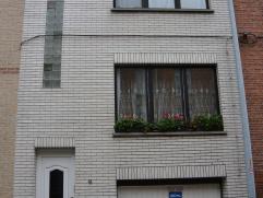 Goed onderhouden, instapklare eengezinswoning met leuk terras van 27m2.  De woning omvat een garage, keuken, doucheruimte, living, bureauruimte, 3 s