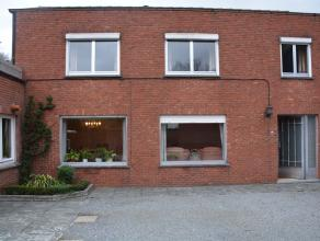 Zeer rustig gelegen, te renoveren woning op een perceel van ca 8,20 are. Deze woning omvat op het gelijkvloers: een woonkamer, keuken, badkamer en een