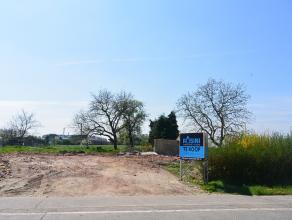 Zeer goed gelegen bouwgrond (lot 3) voor half-open bebouwing. Groen uitzicht. Breedte van het perceel ca. 10,9m en 50m diep.  Stedenbouwkundige voor