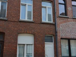 In een rustige straat bevindt zich deze woning met 3 slaapkamers en zolder. Op het gelijkvloers is er inkomhal, bureelruimte, leefruimte, keuken, badk