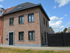 Zeer goed gelegen nieuwbouwwoning in half-open bebouwing. Bestaande uit: Inkomhal met gastentoilet, leefruimte met open keuken, bureauruimte, berging-