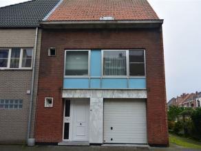 Ruime gesloten bebouwing op een boogscheut van Mechelen, E19 en R6. Via de inkomhal kan u naar de keuken of leefruimte. De leefruimte geeft uitzicht o