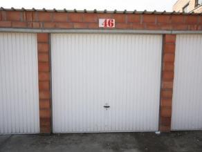 Deze garage ligt in een complex en is toegankelijk door een sectionale poort. De garage is voorzien van een metalen poort en heeft een doorrijhoogte v