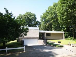 Een moderne, standingvolle villa van recente datum in een zeer rustige groene buurt. Zo oogt de voorgevel van deze villa uit 1971. Het 30 meter brede,