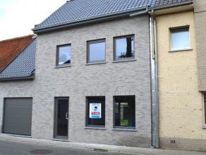 Volledig afgewerkte nieuwbouwwoning met 5 slaapkamers, garage en grote zonnige tuin, goed gelegen in het centrum van Wingene. VEEL LICHTINVAL! Totale