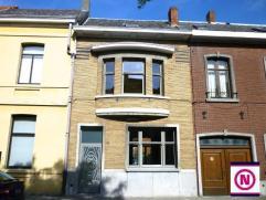 Gezellige vernieuwde woning in het centrum van Turnhout. Men komt binnen via de ruime inkom dewelke toegang geeft tot de woonkamer. De woonkamer heeft