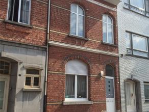 Gemeubeld appartement in het centrum van Turnhout.Inkom met toegang tot de kelder en trap naar de eerste verdieping waar zich de keuken (met oa. vaatw