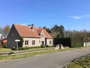 Gerenoveerd, charmant huis gelegen op een hoekperceel van ca. 1000 m2. Indeling: Gelijkvloers: Inkomhal met gastentoilet. Ruime living met veel raampa