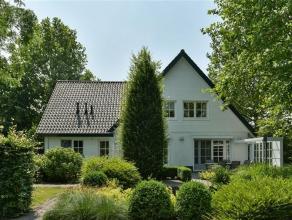 Prachtige villa nabij het centrum van Hoogstraten, mooi aangelegde tuin met vijver en twee tuinhuizen op ca. 1109 m2 grond.Indeling:Gelijkvloers:Inkom