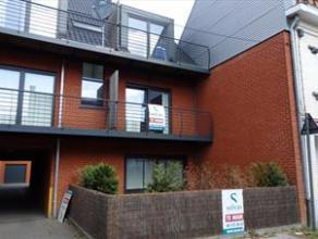 Dit appartement (1ste verdiep) is voorzien van een zonneterras aan de achterzijde en externe garage. Indeling: woonkamer, ingerichte keuken, slaapkame