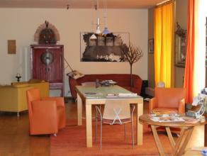 Koekelberg: A deux pas du château du Karreveld, se situe un superbe LOFT deux chambres (197m²), composé d'un hall d'entrée,