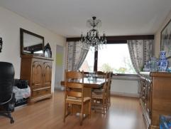 Ruim en prachtig appartement met een opp van 225 m². Inkomhal, grote living met open haard, recent vernieuwde keuken met alle moderne apperatuur,