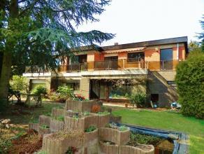 Deze rustig gelegen villa is licht op te frissen en kan als diverse doeleinden worden bewoond.Aangezien de woning twee aparte ingangen heeft is ze uit