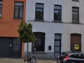 Zeer goed gelegen woning nabij het stadscentrum, op korte afstand van het station, scholen en winkels. De woning werd grotendeels gerenoveerd, dak iso