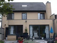 Zeer ruime hedendaagse woning met alle comfort. Mooi aangelegde tuin uitgerust met twee tuinhuizen. De woning is gelegen aan het centrum van de gemeen