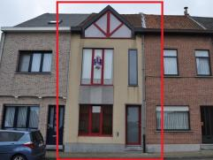 Woning met moderne voorgevel werd volledig gerenoveerd in een eigentijdse stijl. Momenteel zijn er twee slaapkamers, mits een kleine aanpassing kan me