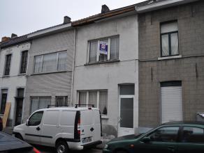 Woning gelegen nabij het stadscentrum, dicht bij scholen, winkels en station. De woning is aan renovatie toe. Momenteel zijn er drie slaapkamers. Er i