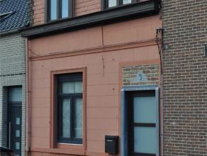 Een te renoveren woonhuis met veel potentieel. Deze woning is centraal doch rustig gelegen. Het pand heeft op de gelijkvloers een ruime living, 2 kame