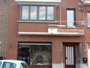 Heel ruime woning gelegen in het centrum van Opwijk. Optimale ligging: vlakbij openbaar vervoer, winkels, scholen,... Gelijkvloers: hall met trap, gro