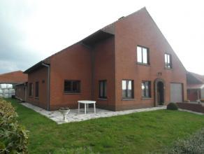 Rundveebedrijf te Oostkamp met  mogelijkheid tot +-20 ha grond.  Woning, gebouwd in 1988 met een grondoppervlakte van circa 140 m².  De woning
