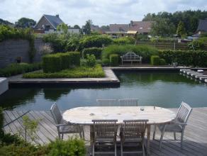 Karakteristieke vrijstaande woning met prachtige zwemvijver in een rustige buurt, doch centraal gelegen nabij Geel-Larum en hartje O-L-V-Olen. De ruim