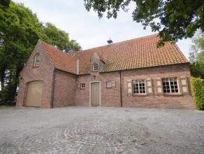 Charmante, alleenstaande WONING (fermette-stijl) met garage, 3 slpkms en zuidgerichte, aangelegde tuin. Grondopp.: 2.200m2. Rustig gelegen, maar toch