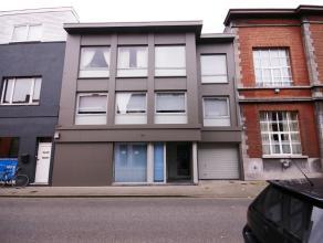 Centraal gelegen opbrengsteigendom in zeer goede staat met 3 appartementen, 1 handelsgelijkvloers, 4 garages en mooie binnentuin (met uitbreidingsmoge