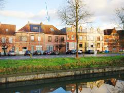 VERZORGDE, instapklare woning met 6 slaapkamers, dubbele garage en grote tuin met uitzicht op de vesten te Sint-Kruis!INDELING:Gelijkvloers: Inkomhal
