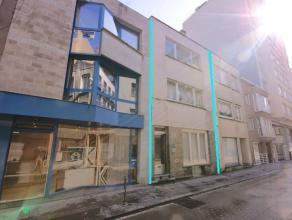 Verhuurd opbrengsteigendom met 3 appartementen in HARTJE Oostende met 5% rendement!INDELING:Gelijkvloers: Appartement 1 (met 1 slpk)Inkomhal - living