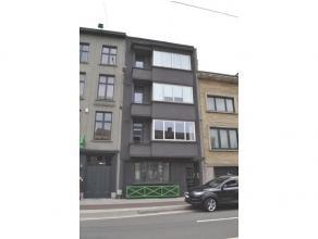 U betreedt het appartement via de ruime hal die toegang geeft tot alle overige kamers. De leefruimte op parketvloer geniet van een overvloed aan licht