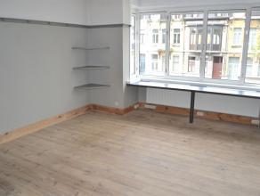 Gerenoveerd appartement met 2 slaapkamers, terras en balkon - onmiddellijk beschikbaar! Goed gelegen met de belangrijkste invalswegen en openbaar verv