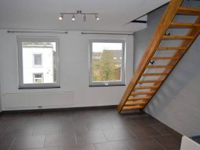 Appartement duplex,deux chambres, situé dans un immeuble calmeà deux pas du centre de GILLY.Situation : Chaussé