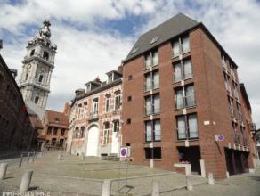 Mons, Rue des Clercs, 39. Superbe duplex-penthouse 2 chambres au 5e étage, avec garage et terrasse panoramique semi-couverte. En plein coeur du