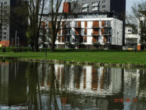 Appartement 2 chambres neuf, basse énergie classe B. Cuisine équipée, grand living, balcon 4 m2 avec vue sur les étangs, s