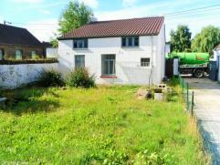 Maison très bien située avec passage latéral : living, cuisine équipée, salle de bains, 2 chambres. Cave. Gre