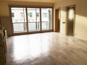 Très bel appartement entièrement refait comprenant : hall, living, cuis éq, wc, hall de nuit, sdb avec wc, 3 ch, cave, emplacemen