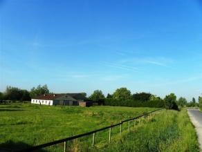 STUK (LANDBOUW-)GROND MET HANGARS Gelegen te De Pinte, grens Sint-Denijs-Westrem. Oppervlakte : 5.668 m². Er zijn twee gebouwen : een open veldsc