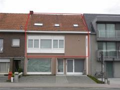 VERNIEUWD 2 SLAAPKAMER APPARTEMENT TE DEINZE, met zonneterras.Het appartement is gelegen aan één van de invalswegen van Deinze, nl. Kare