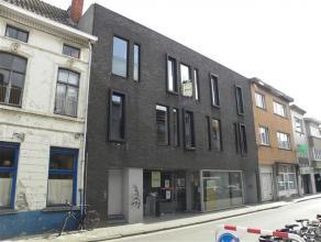 OPBRENGSTEIGENDOM OP GOEDE LOCATIEGelegen op 1km van het Gent-Zuid.Omvat 1 handelspand / kantoor en 3 appartementen.Onderverdeling van het gebouw:COMM